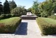 阿斯特拉罕克里姆林宫. В 1920-х гг. на кремлевской площади были почетно захоронены участники гражданской войны – П.П. Чугунов, Ф.А. Трофимов, И.Е. Лемисов. В 1926 году здесь был установлен памятник-обелиск.