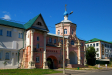 Kizichesky (Svyato-Vvedensky) monastery. Надвратный храм во имя св. князя Владимира был основан в 17 веке. Это единственный храм монастыря, сохранившийся до наших дней. Изначально был построен в стиле барокко, но последующие переделки несколько изменили первоначальный облик храма. Имеет форму восьмерика.