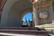 Кизический мужской монастырь. Надвратный храм во имя св. князя Владимира был основан в 17 веке. Это единственный храм монастыря, сохранившийся до наших дней. Изначально был построен в стиле барокко, но последующие переделки несколько изменили первоначальный облик храма. Имеет форму восьмерика.