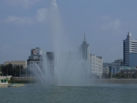 Казань, улица Татарстан. фонтан На озере Нижний Кабан