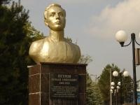 Казань, улица Богатырева. памятник Р.Е. Петрову