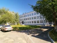 соседний дом: ул. Оренбургский тракт, дом 4. школа Русско-татарская средняя общеобразовательная школа №136