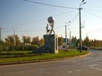 Альметьевск, улица Чехова. скульптурная композиция Люди с шаром