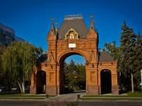 соседний дом: ул. Красная. памятник архитектуры Александровская триумфальная арка