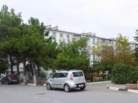 Геленджик, улица Грибоедова, дом 15. жилой дом с магазином