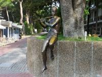 Геленджик, Лермонтовский бульвар. скульптура Босой мальчик