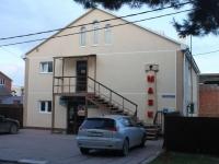 Геленджик, улица Маяковского, дом 13. многофункциональное здание