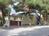 Геленджик, улица Морская, дом 15. многофункциональное здание