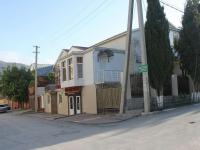 Геленджик, улица Вильямса, дом 10. жилой дом с магазином
