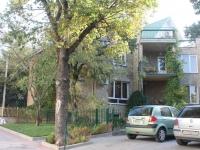 Геленджик, улица Лазурная, дом 11. многофункциональное здание