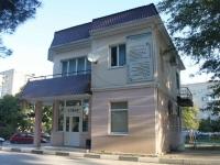 Геленджик, улица Сурикова, дом 7. многофункциональное здание