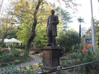 Сочи, улица Орджоникидзе. памятник М.В. Ломоносову