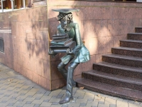 Сочи, улица Орджоникидзе. скульптура Студент