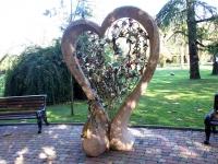 Sochi, sculpture Влюбленный павлинOrdzhonikidze st, sculpture Влюбленный павлин