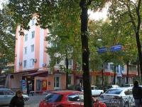 Сочи, улица Роз, дом 54. жилой дом с магазином