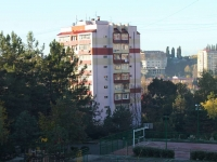Sochi, Chekhov st, house 33. Apartment house