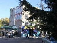Туапсе, улица Гагарина, дом 1. жилой дом с магазином