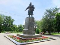 Волгоград, улица Набережная 62 Армии. памятник В.С. Хользунову