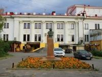Волгоград, улица Мира. памятник Н.В. Гоголю