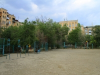 Волгоград, улица 13 Гвардейской Дивизии. спортивная площадка