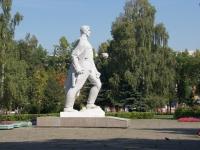 Новокузнецк, улица Мориса Тореза. памятник Воину-созидателю