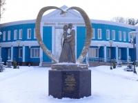 """улица Жолтовского. скульптурная композиция """"Счастливые молодожены"""""""
