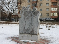 neighbour house: st. Shevlyakova. sculpture Три женщины