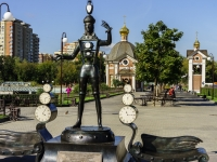 """Щелково, улица Талсинская. скульптурная композиция """"Человек-часы"""""""