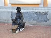 Нижний Новгород, улица Большая Покровская. скульптура Чистильщик обуви