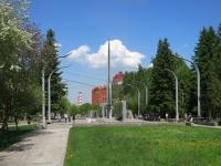 """Новосибирск, улица Плахотного. памятник """"Единству Фронта и Тыла"""""""