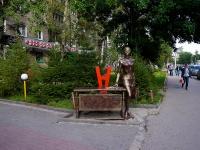 """Новосибирск, улица Мичурина. скульптура """"Деловая женщина"""""""