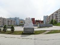 "Новосибирск, улица Кольцово пос (п. Кольцово). скульптура ""Пара с младенцем"""