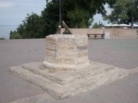 улица Греческая. скульптура Солнечные часы у каменной лестницы