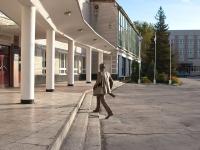 """Тольятти, улица Белорусская. памятник """"Студент, спешащий на занятия"""""""