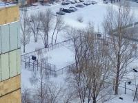 Тольятти, улица Коммунистическая. спортивная площадка