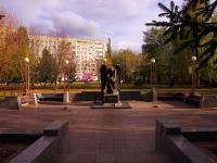 "улица Мира. памятник ""Скорбящий ангел"""