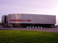 соседний дом: ул. Революционная, дом 82. автосалон Порше Центр Тольятти. Официальный дилер Porsche AG