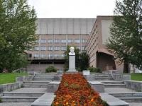 соседний дом: ул. Карла Либкнехта. памятник П.И.Чайковскому