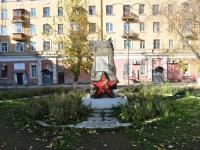 соседний дом: ул. Куйбышева. памятник Воинам-екатеринбуржцам