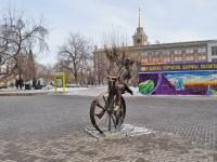 соседний дом: ул. Вайнера. памятник изобретателю велосипеда Е.М. Артамонову