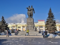 隔壁房屋: st. Chelyuskintsev. 纪念碑 Воинам Уральского добровольческого танкового корпуса
