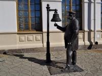 соседний дом: ул. Вокзальная. скульптура Станционный смотритель