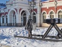 Екатеринбург, скульптура Женщина с кувалдойулица Вокзальная, скульптура Женщина с кувалдой