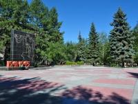 隔壁房屋: Blvd. Kultury. 纪念碑 В память об уралмашевцах, погибших в ВОВ