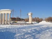 Берёзовский, улица Строителей. монумент Триумфальные ворота