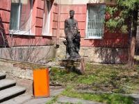 """Нижний Тагил, улица Уральская. скульптура """"Юноша"""""""