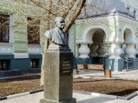 Хамовники район, улица Погодинская. памятник Бюст Н.Ф. Гамалее