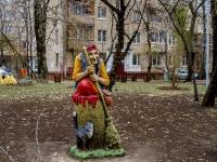 """улица Октябрьская. скульптура """"Баба-Яга"""""""