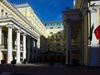Центральный район, улица Правды, дом 10. многофункциональное здание
